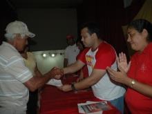De mano del Candidato, recibe su Certificados