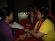 La diputada Gisela Méndez entregando Certificado a una de las integrante del Consejo Comunal