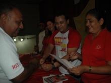 La alcaldesa Gregoria Crespo entregando Certificados a los Consejos Comunales