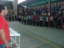El candidato entonando las Gloriosas notas del Himno Nacional
